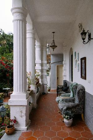 Little White Palace Inn Gulangyu Island: 一楼门廊