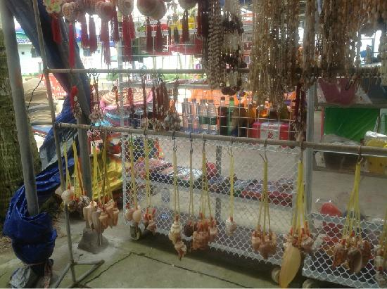 Beihai Old Street : 老街上卖的工艺品