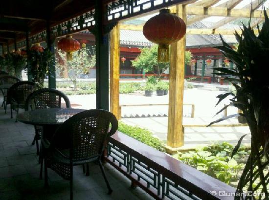 Jingyuan Courtyard Hotel : 中廊看出去的院子