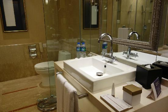 Pan Pacific Xiamen: bathroom