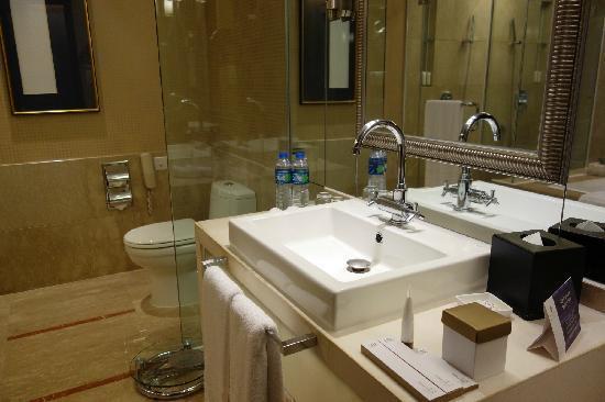 Pan Pacific Xiamen : bathroom