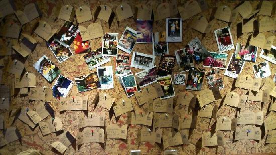 Yangshuo West Street Residence : 写了张留言放在照片墙上