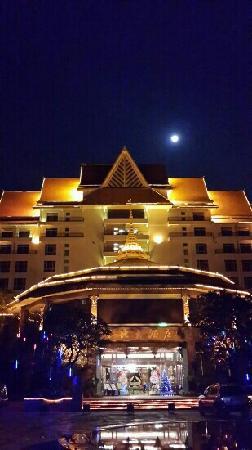 Golden Zone Hotel: 月色中的酒店大堂