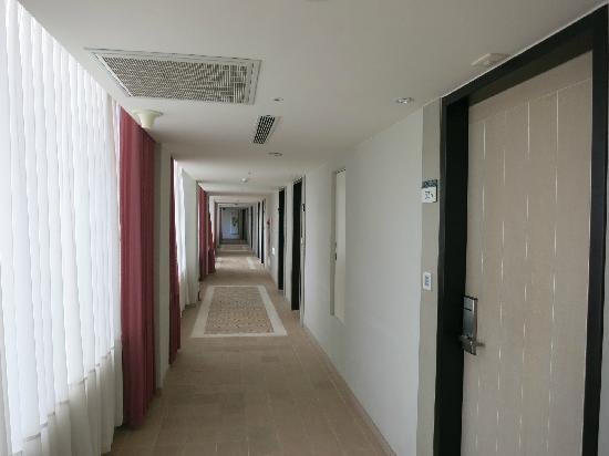 Bouti X Hotel : 客房楼层走道
