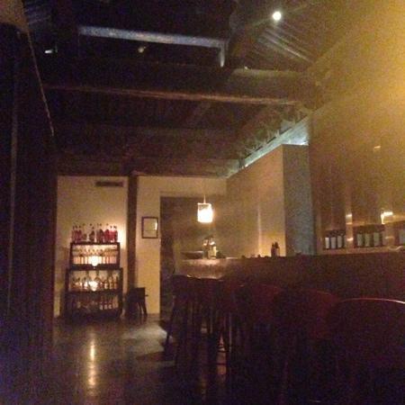 TRB Hutong: 门口酒廊等待区