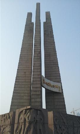 The Anti-seismic Monument Square: 抗震纪念碑广场
