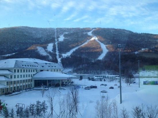 Beidahu Holiday Hotel: 窗外景色和雪场入口