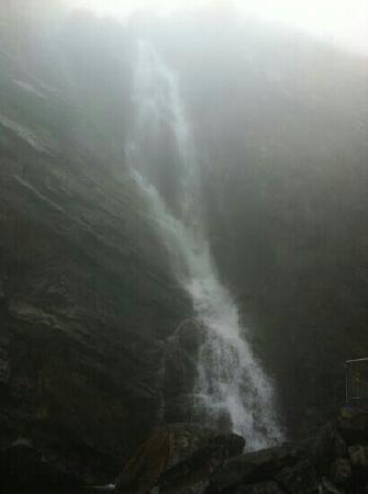 Lushan Waterfalls: 瀑布脚下雾气非常大,风也很大