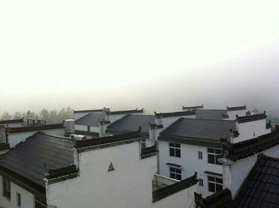 Likeng Scenic Resort : 早上的雾很浓,不过非常美,房檐最赞