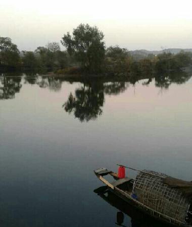 Yueliang Bay of Wuyuan : 泛舟湖上,意境很美,不过不在山上拍的话,月亮湾整个样子不是很明显!
