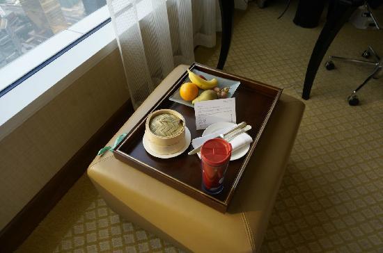 Conrad Hong Kong: 行政房送的巧克力跟水果。
