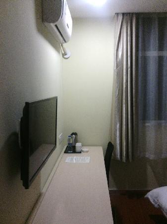 工作台、电视和空调