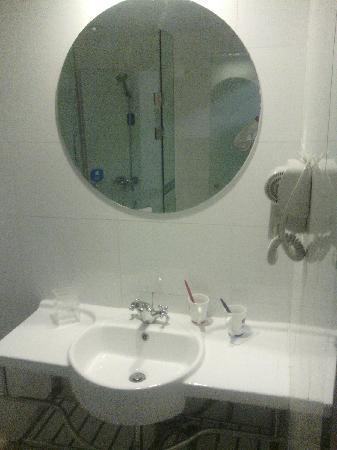 Hanting All Season Beijing Xizhimen: 淋浴间对面有洗漱台