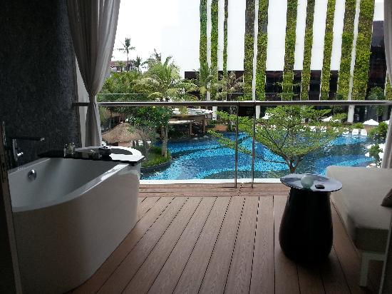 The Stones Hotel - Legian Bali, Autograph Collection: 阳台浴缸