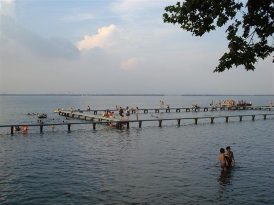 East Lake in Wuhan : 武汉东湖