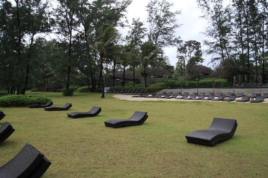 Renaissance Phuket Resort & Spa: 海滩边的躺椅