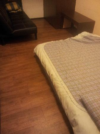 Lucky Apartment-Ximen: 床垫放地上,没有床