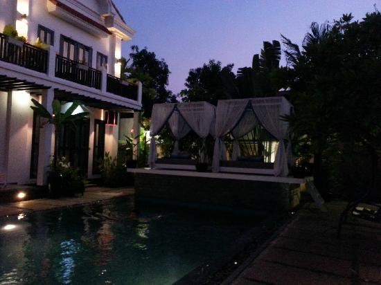 Mulberry Boutique Hotel: 夜晚泳池