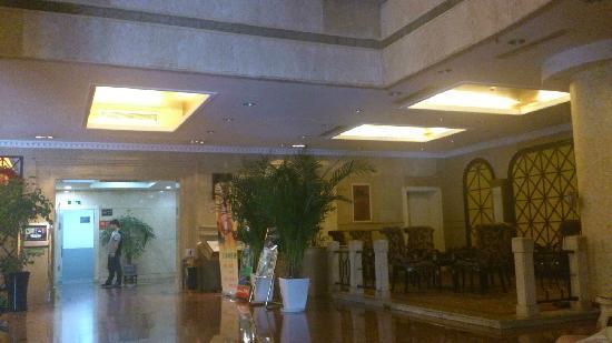 Wai Gao Qiao Hotel: 千岛湖外高桥大酒店大厅性价比高