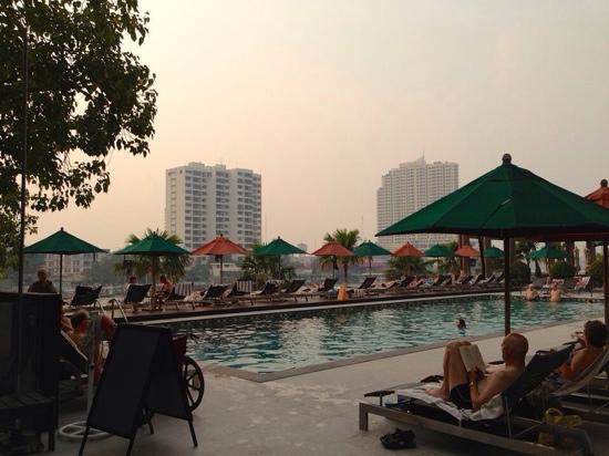 Royal Orchid Sheraton Hotel & Towers : 现代化的泳池