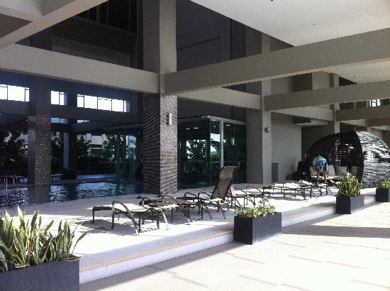 V Hotel Lavender: 酒店游泳池休息区