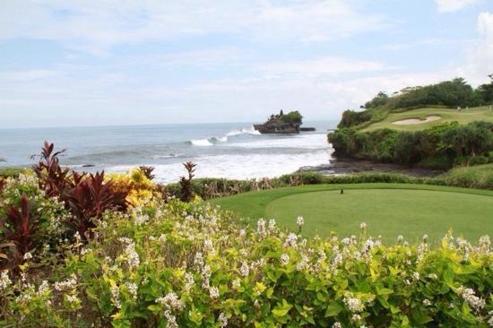 Pan Pacific Nirwana Bali Resort: 远方的庙宇