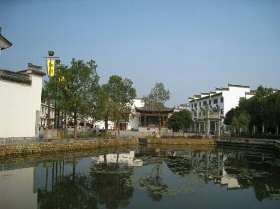 Shuangfeng Ancient Town: 双凤景色 r