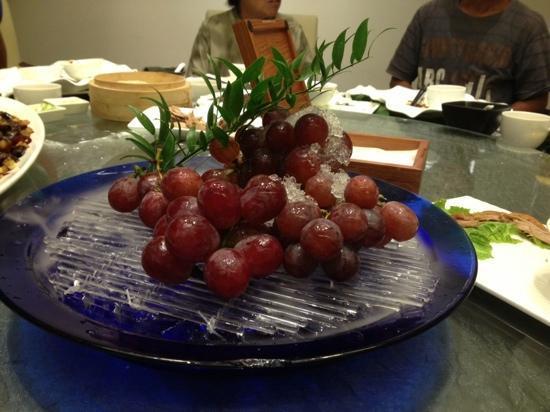 BeiJing Dadong Roast Duck (JinBao Hui): 水果简单美味,赠送的!
