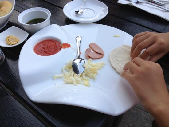 Annie's Food & Beverage (The Place) : 孩子在做迷你比萨