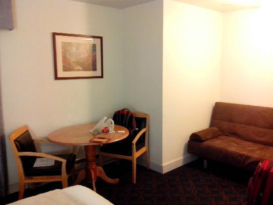 Colton Inn: sofa and table