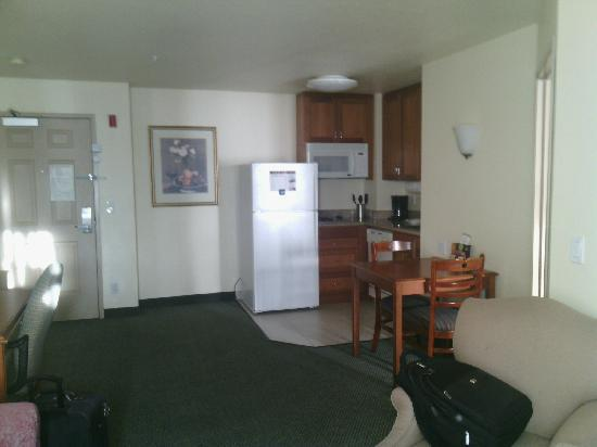 Staybridge Suites Silicon Valley-Milpitas: 客厅看厨房
