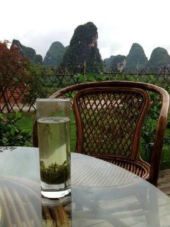 Yangshuo Meet Homey Resort : 在门口的小花园
