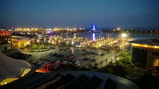 Century Sailboat Apartment Hotel : 阳台夜景