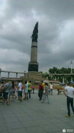 Stalin Park: 纪念碑