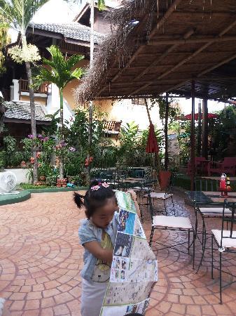 Tadkham Village : 小丫头在酒店的院子里