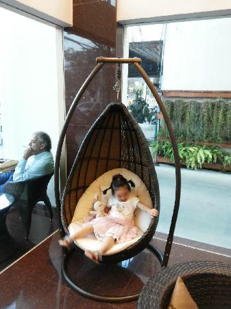 Roseate Hotel: 酒店大厅处的摇篮