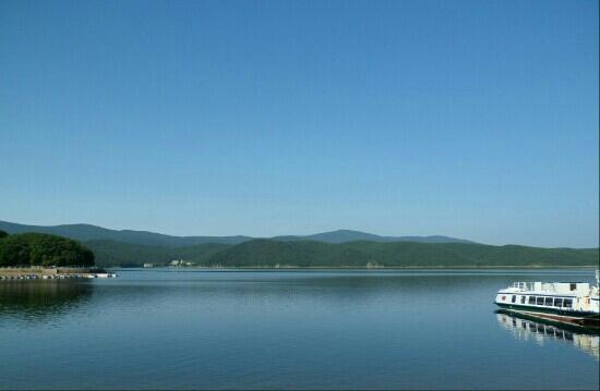 Jingpo Lake: 蓝天白云,非常美丽