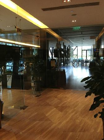 Ascott Raffles City Beijing: 大堂,餐饮和健身房一侧