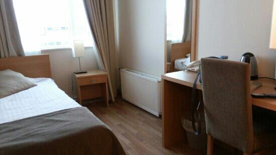 Hotel Vik Arctic Comfort : 高级单人间5晚€108房间小没关系问题是设施太简陋,烧水的壶没办法接水只能用杯子接来倒进去,房间没有网络需要去到另外栋楼的接待处上网