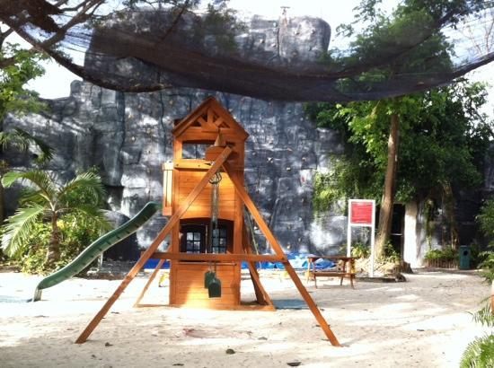 Plantation Bay Resort And Spa: 攀岩和滑梯