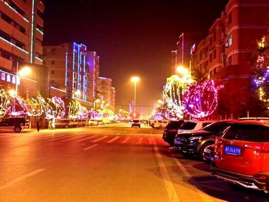 Kaijiang County, China: 夜色下的街道