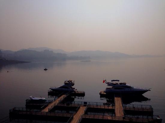Hangzhou Qiandaohu National Forest Park: 雾蒙蒙的千岛湖