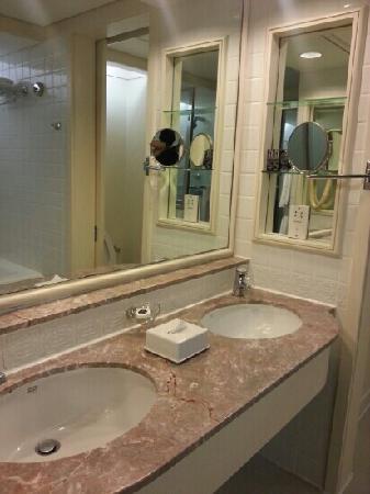 Hotel Istana: 洗手间很大