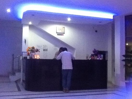 ยูโรสตาร์ อินน์: Euro hotel front desk