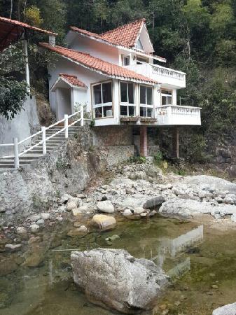 Longmen Nankun Mountain New Taoyuan Resort: 这就是我们住的别墅二房一厅,超温馨舒适,窗外溪水潺潺,夜空星光灿灿,更有夜探兰溪谷的惊险刺激,度过了个很愉快的假期。