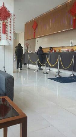 Howard Johnson Parkland Hotel Dalian: 前台