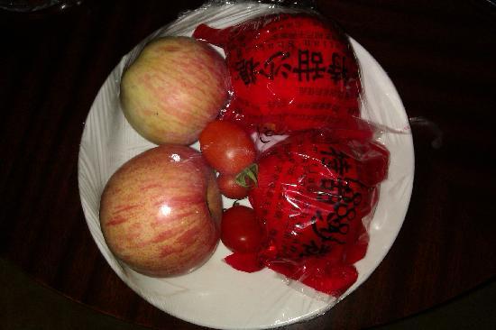 Mingfu Hotel: 赠送的果盘