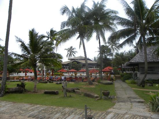 Marriott's Phuket Beach Club: 酒店走出去的海边