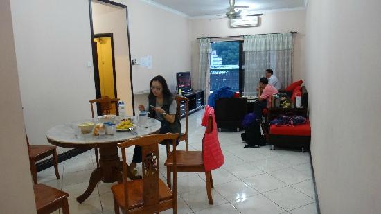 Marina Court Resort Condominium: 餐厅和客厅