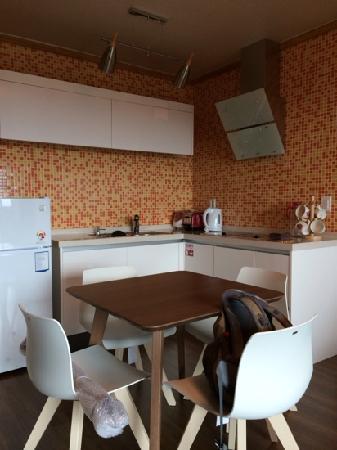 Jejueco Suites: 房间厨房